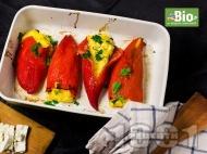 Постни печени червени чушки пълнени с полента, сирене, и яйца